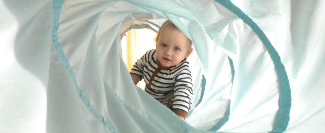 Kind im Spieltunnel LebensBild