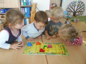 Die Kinder sind gespannt, welche Farbe gewürfelt wird
